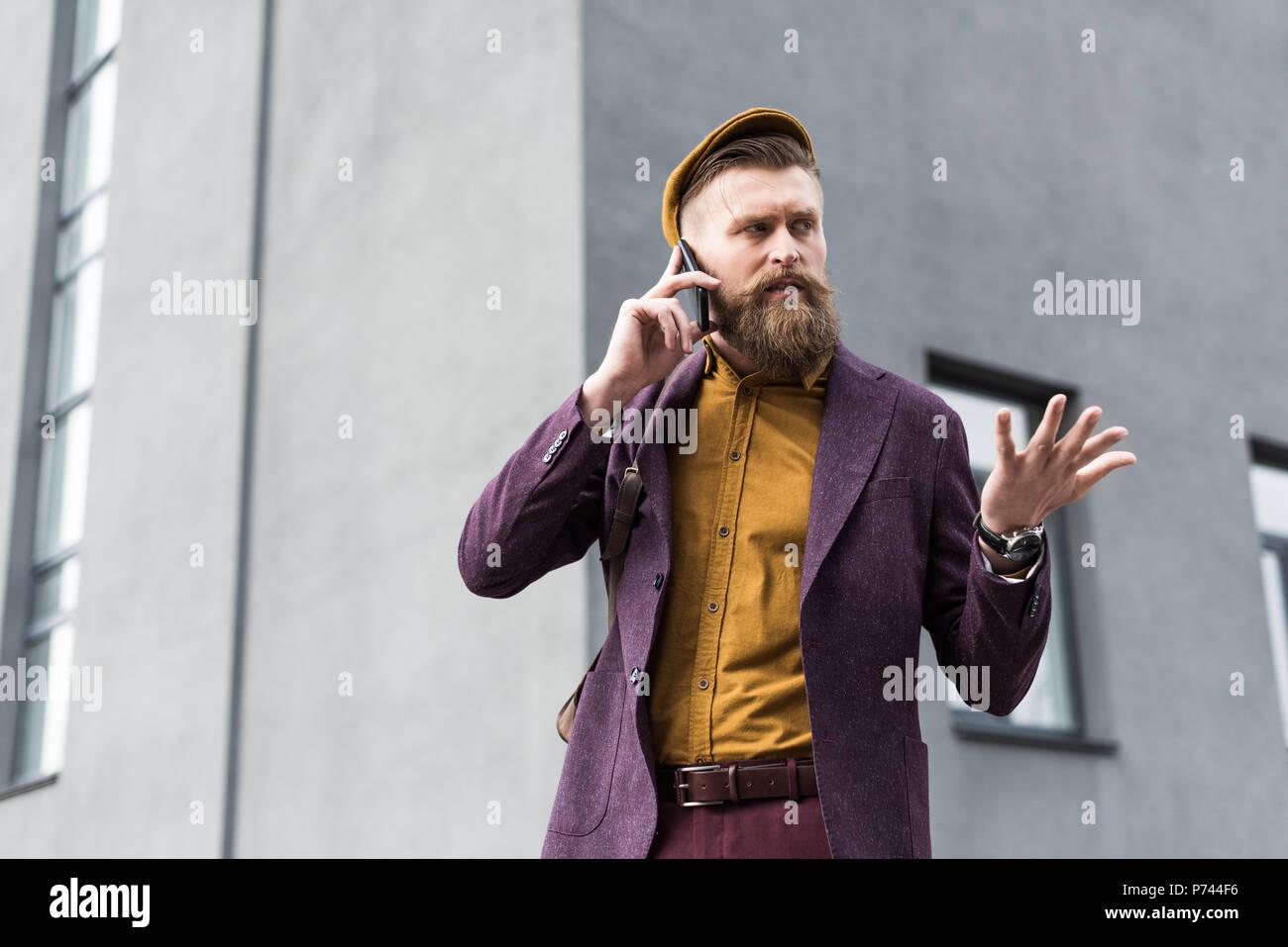 827f6c2472b41b Schöner Mann im Vintage Style Kleidung sprechen auf dem Smartphone ...