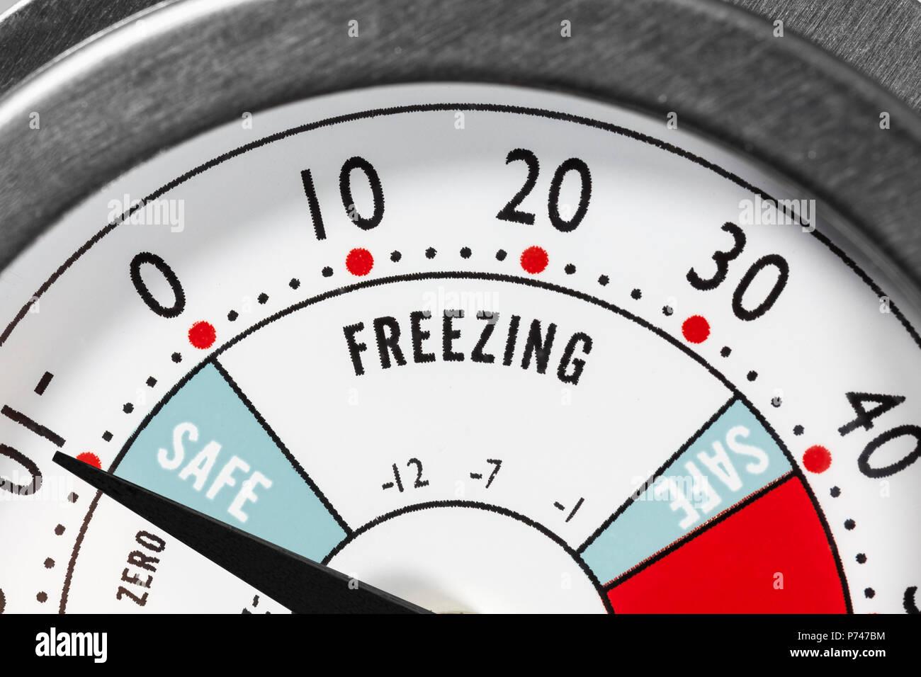 Kühlschrankthermometer : Kühlschrankthermometer einfrieren bereich makro detail stockfoto