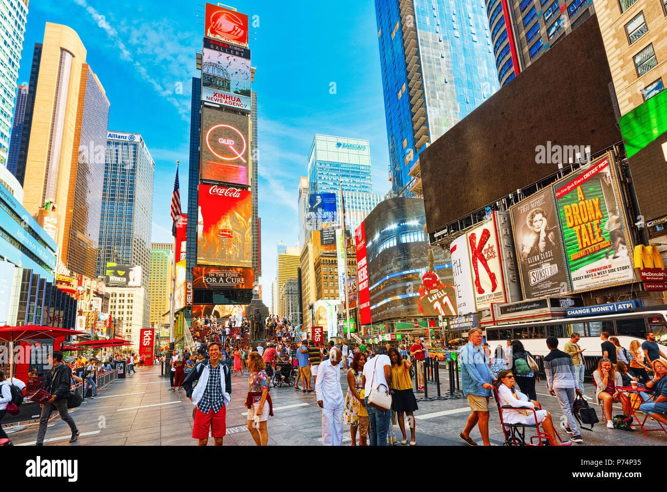 New York, USA - 14. August 2017: Times Square - Zentrale und Hauptplatz von New York. Straße, Autos, Menschen und Touristen. Stockbild