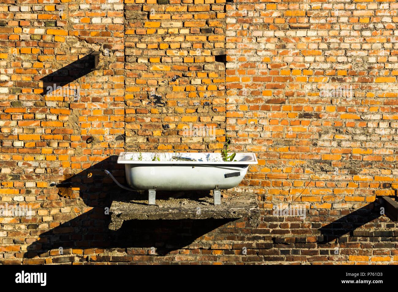 Gut bekannt Roter Stein gemauerte Wand mit Badewanne als Blumentopf verwendet VB06