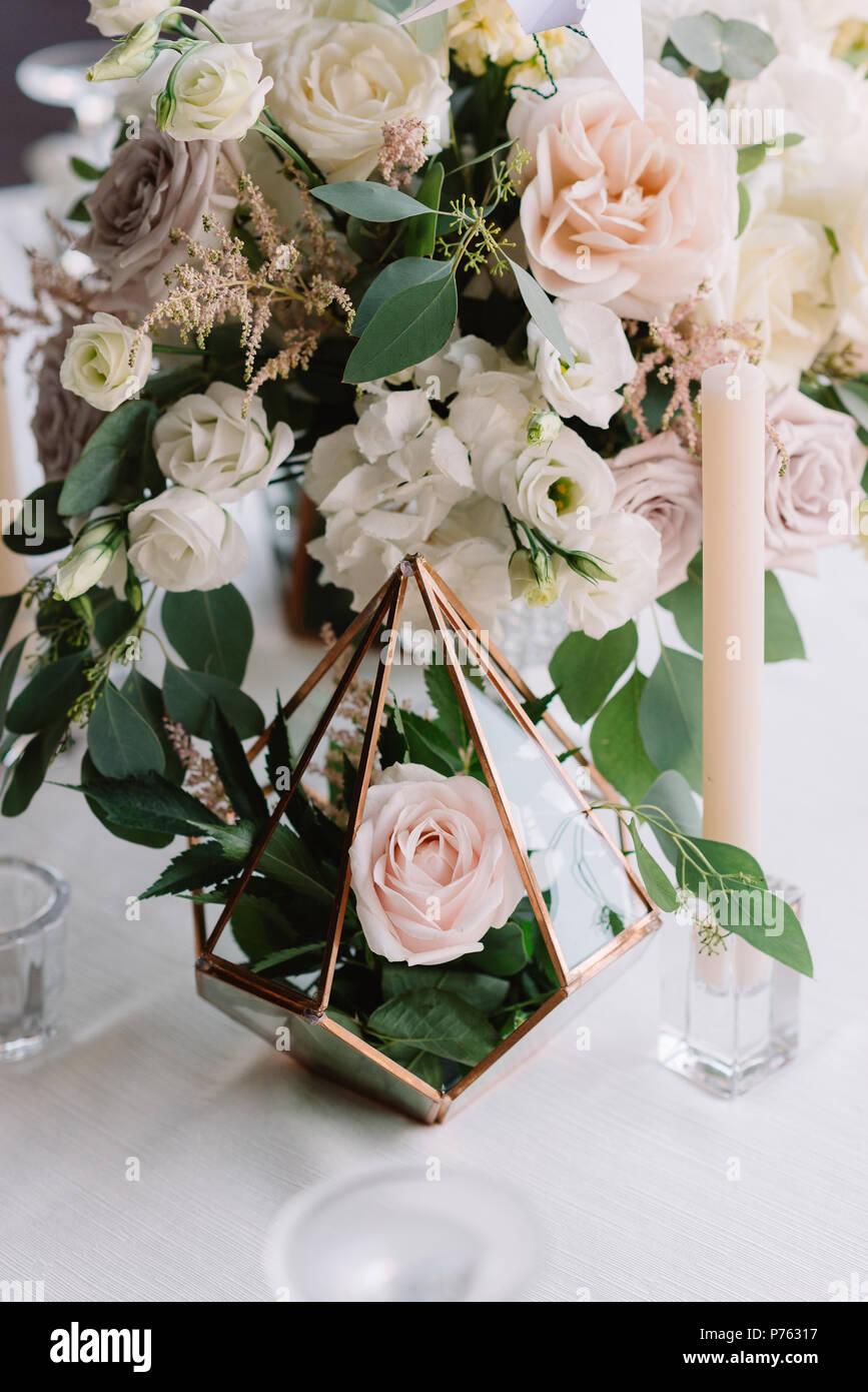 Herrliche Band Blumenstrausse In Hohen Glas Vasen Hochzeit Blumen