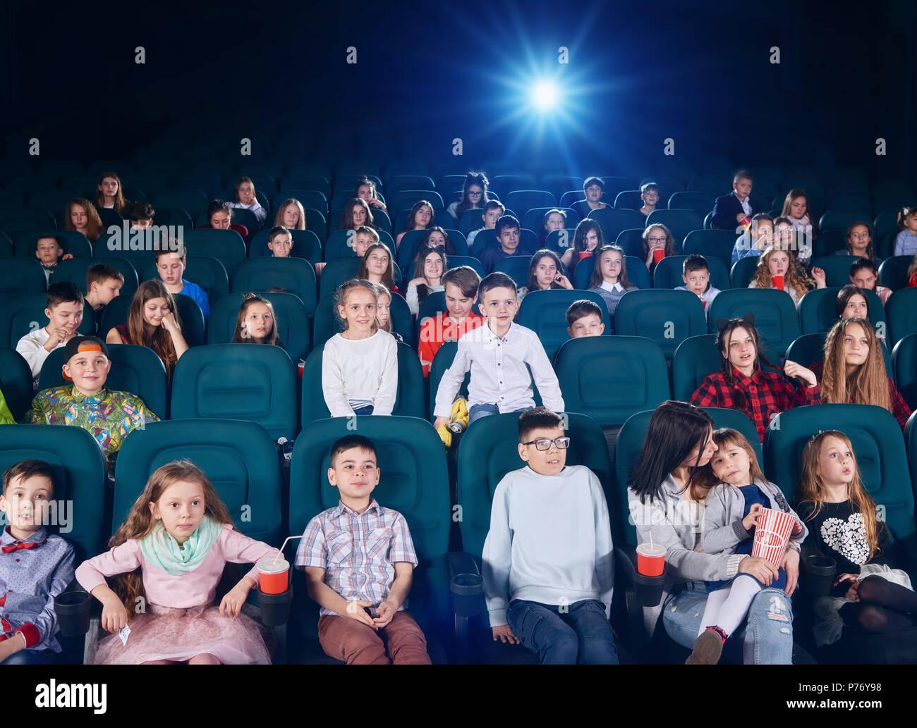 Blick auf die jungen Zuschauer in modernen Kino am Bildschirm
