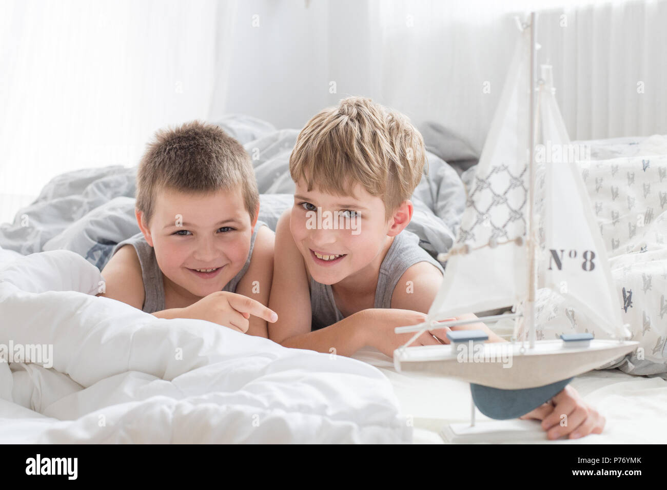 brothers stockfotos brothers bilder alamy. Black Bedroom Furniture Sets. Home Design Ideas
