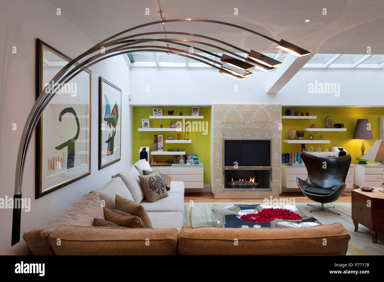 Moderne Lampe im Wohnzimmer Stockfoto, Bild: 210981660 - Alamy