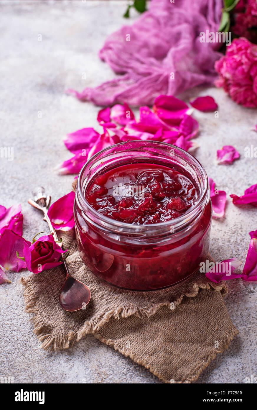 Hausgemachte Marmelade aus Rosenblättern. Selektiver Fokus Stockfoto