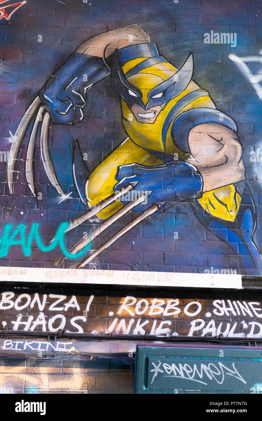 London Waterloo Leake Street Graffiti comic Held Abbildung Wolverine style lange Krallen blaue Handschuhe gelb Kostüm Maske aggressives Vorgehen 1970 s Stockbild