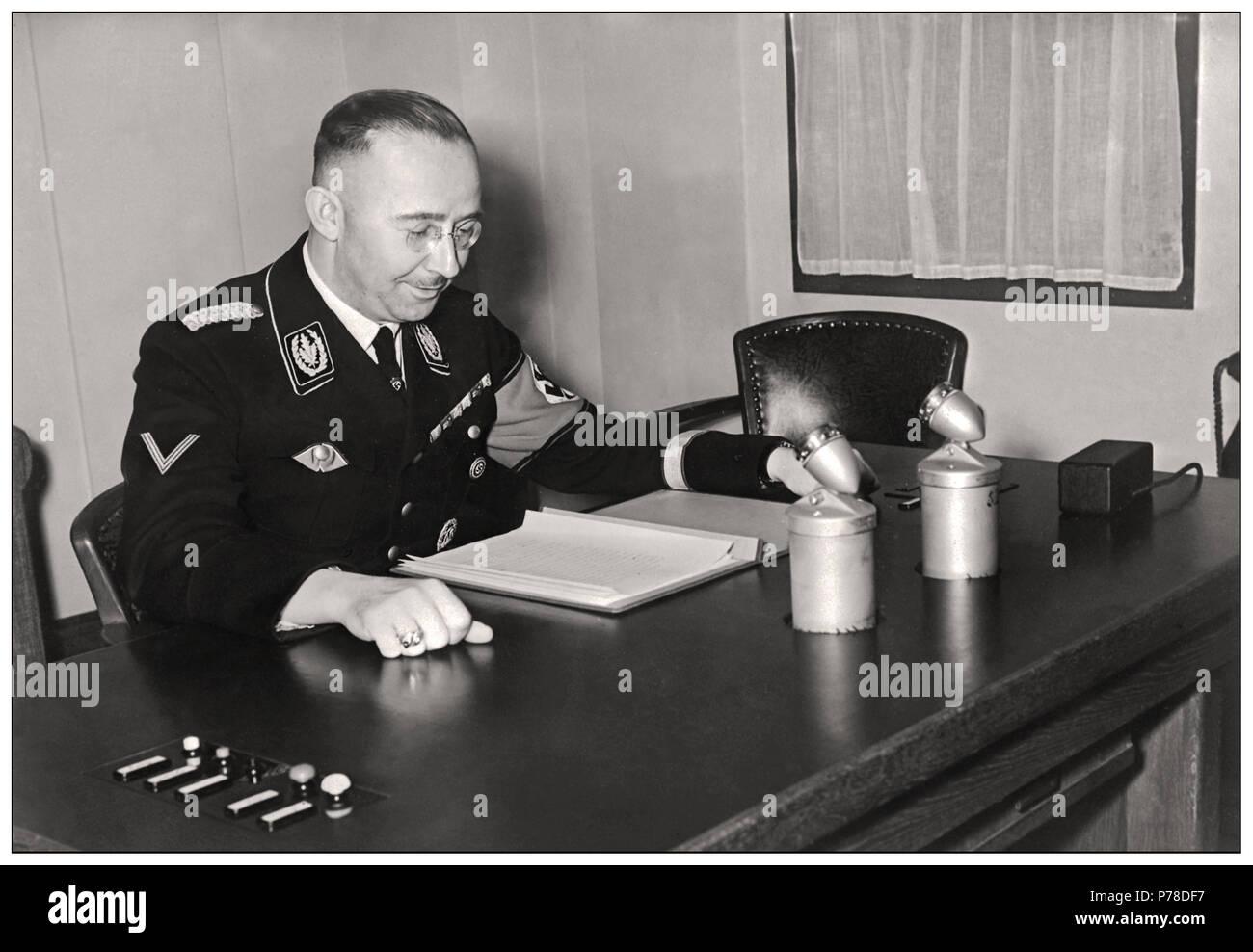 HIMMLER BROADCAST REDE BERLIN Vintage WW2 Archivierung foto Bild 1939 von Heinrich Himmler (1900-1945), der die SS (Besonderer Teil) aus dem Jahr 1929 auf der Grundlage der Rasse Auswahl neu organisiert und wurde Leiter der Gestapo und SA (Angriff Abschnitte, 1934), er organisiert und verwaltet die deutschen nationalsozialistischen Vernichtungslagern. Von den Briten verhaftet, als er sich selbst in 1945 vergiftet. Stockbild