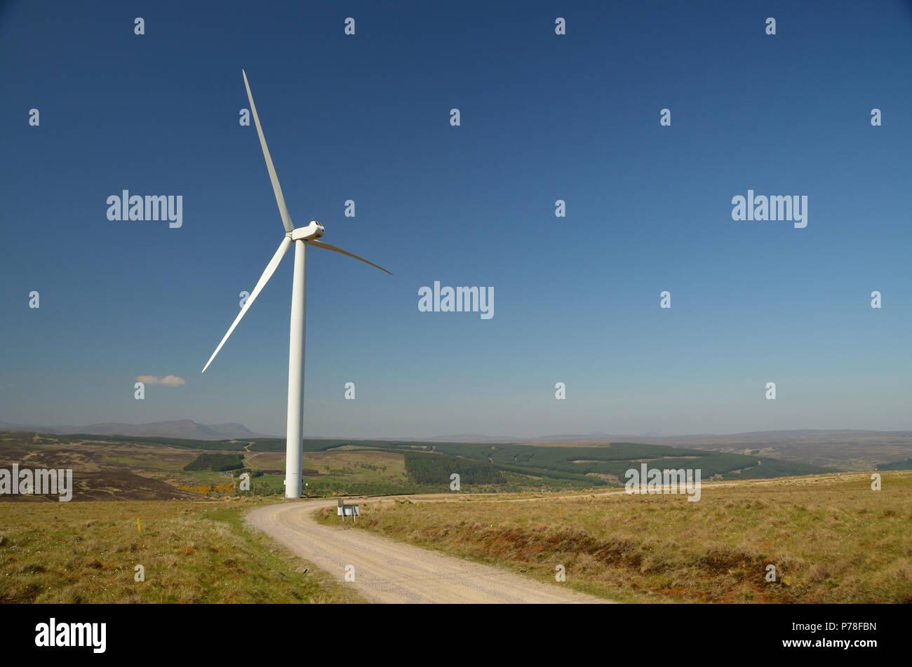 Eine Windenergieanlage mit Kilbraur in den schottischen Highlands Stockbild
