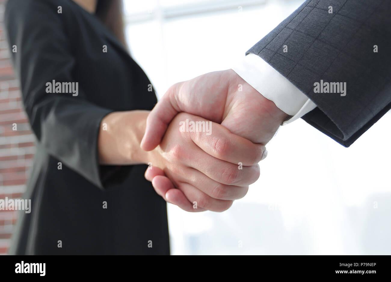 Nahaufnahme von Unternehmer und Unternehmerin, die Hände schütteln Stockbild