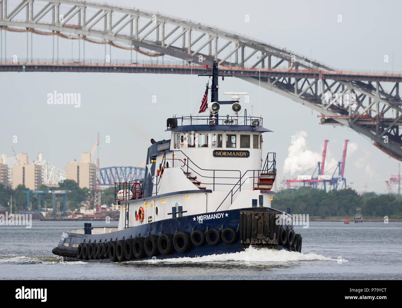 Metropolitan Marine Transport Tug Boat Normandie; Van Kull mit der Bayonne Bridge und Staten Island View von Newark Bay hinter ihr Töten. Stockfoto