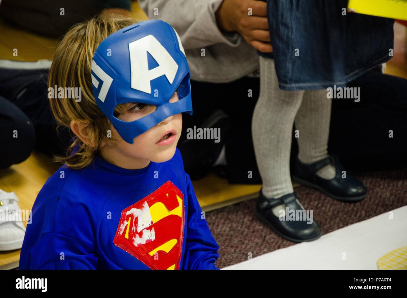 Lima, Peru - 25. Mai 2018: Kind verkleidet als ein Superheld. Junge gekleidet wie ein Superheld mit einer verlorenen suchen Stockfoto