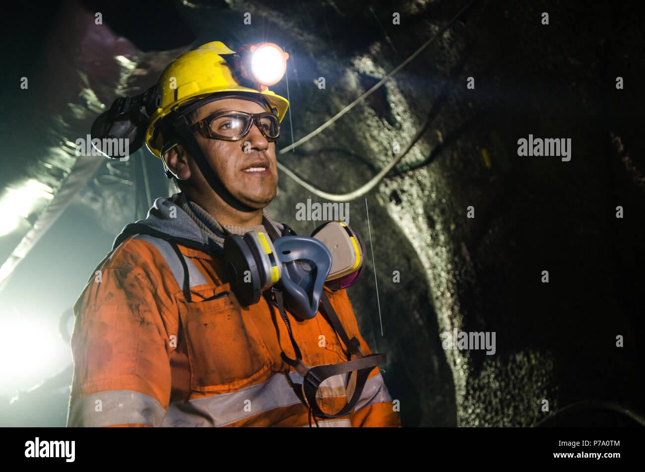 Cerro de Pasco, Peru - 14. Juli 2017: Bergarbeiter in der Grube. Bergmann im Bergwerk auch Uniformierte mit einem Blick des Vertrauens. Stockbild