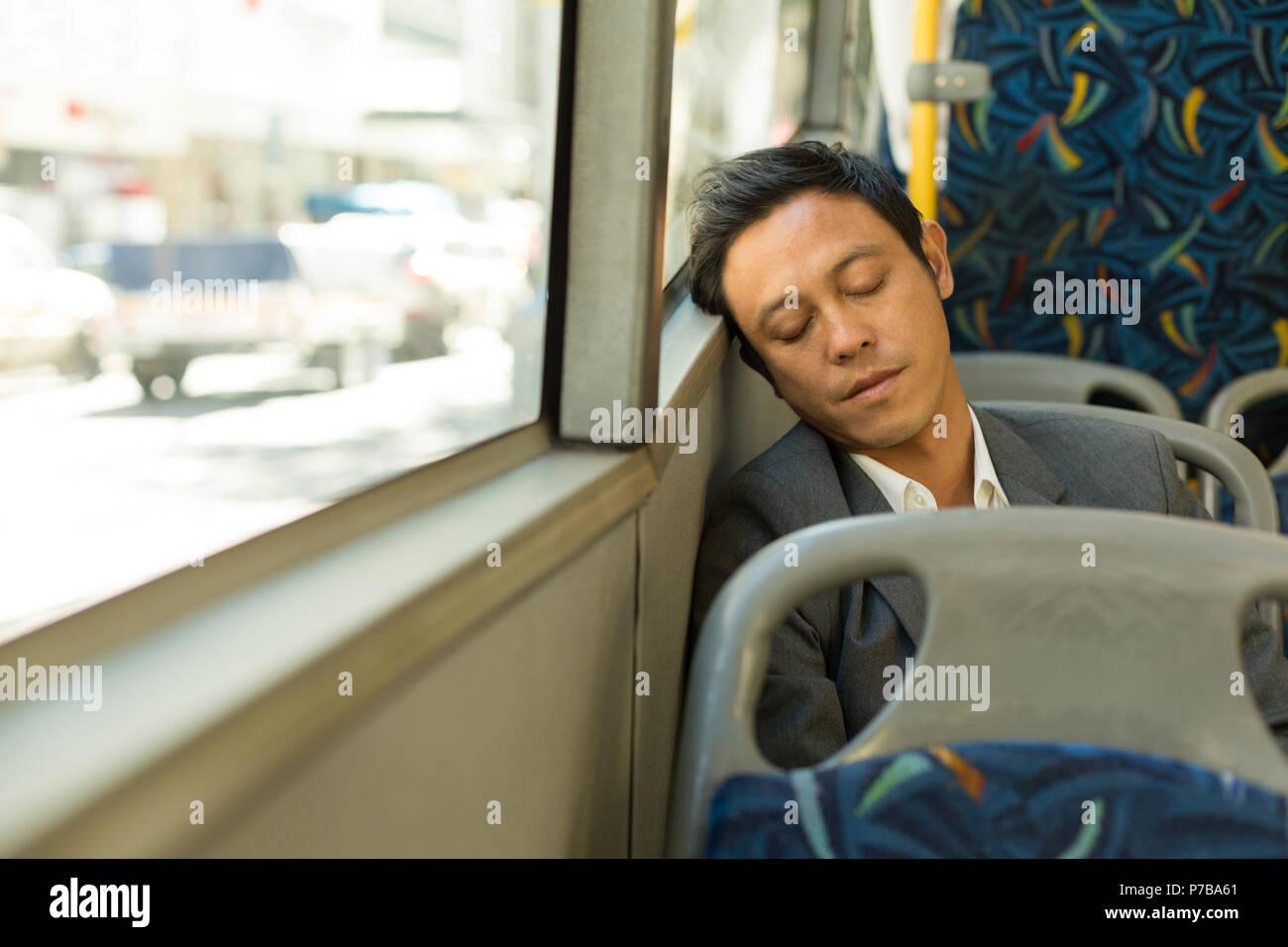 Mann schlafend im Bus Stockbild