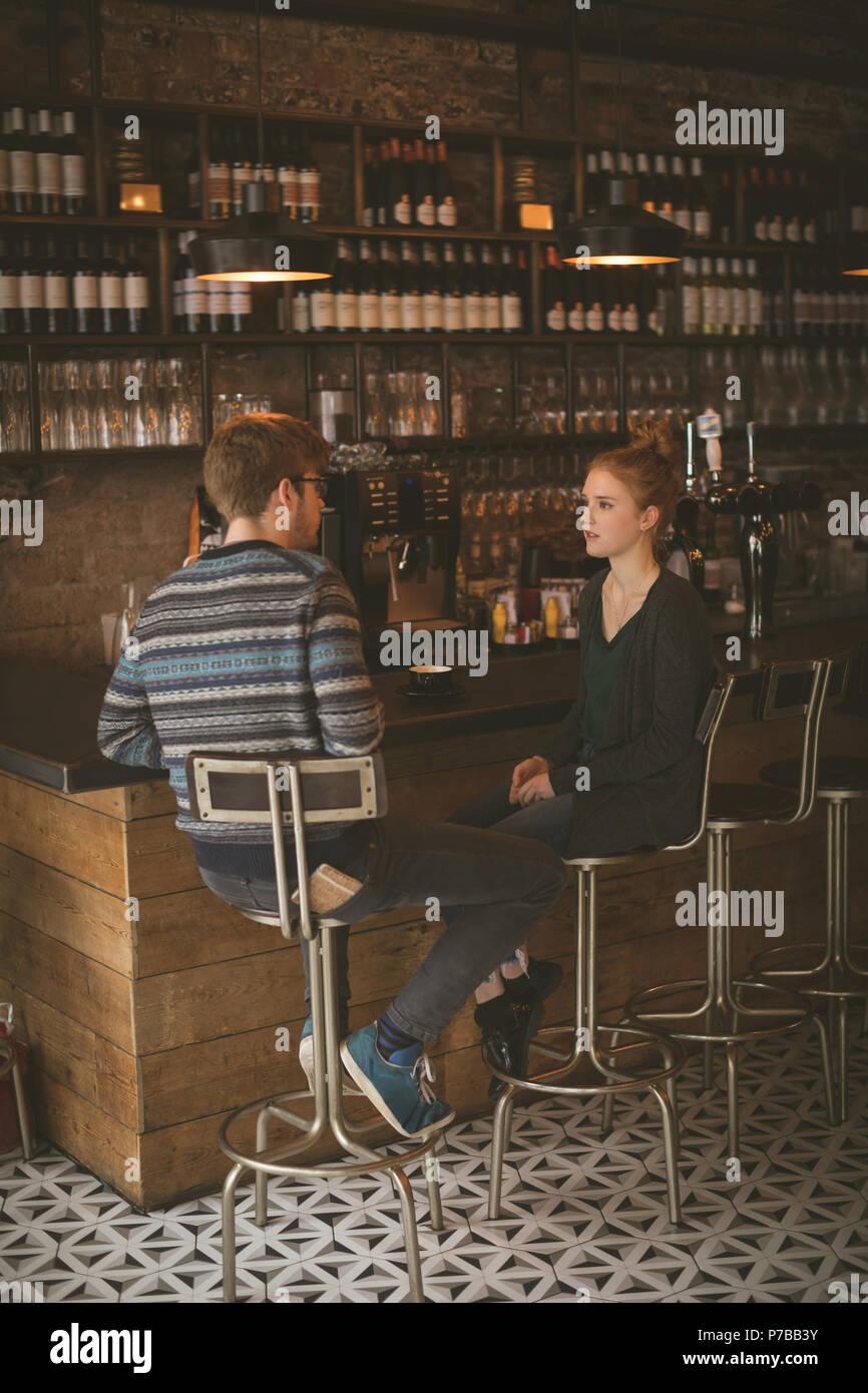 Paar am Tresen sitzen Stockbild