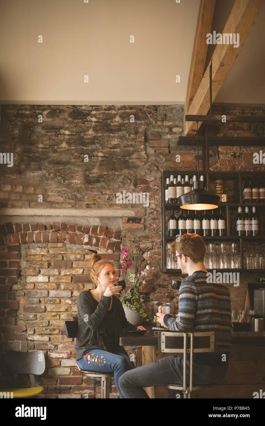 Paar Kaffee an der Bar Stockbild