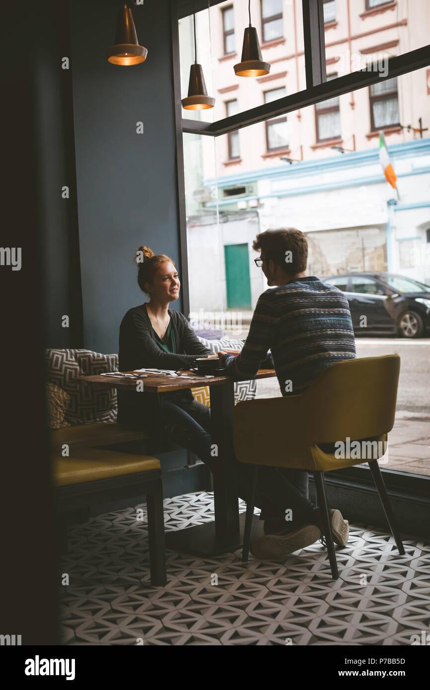 Paare, die miteinander sprechen, im Cafe Stockbild