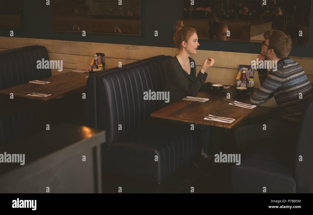 Paare, die miteinander sprechen, im Restaurant Stockbild