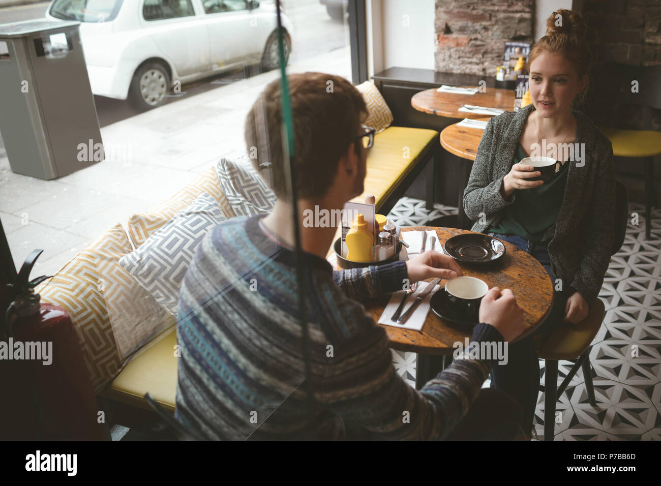 Paar sprechen über den Kaffee im Cafe Stockbild