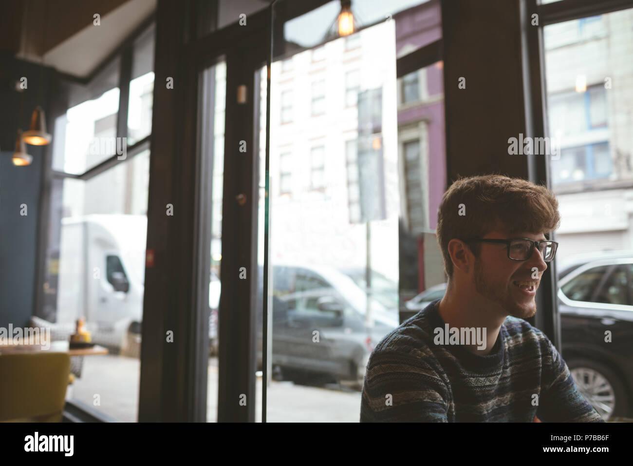 Junger Mann im Cafe Stockbild