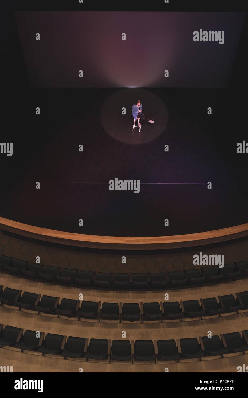 Schauspielerin durchführen, die auf der Bühne Stockbild
