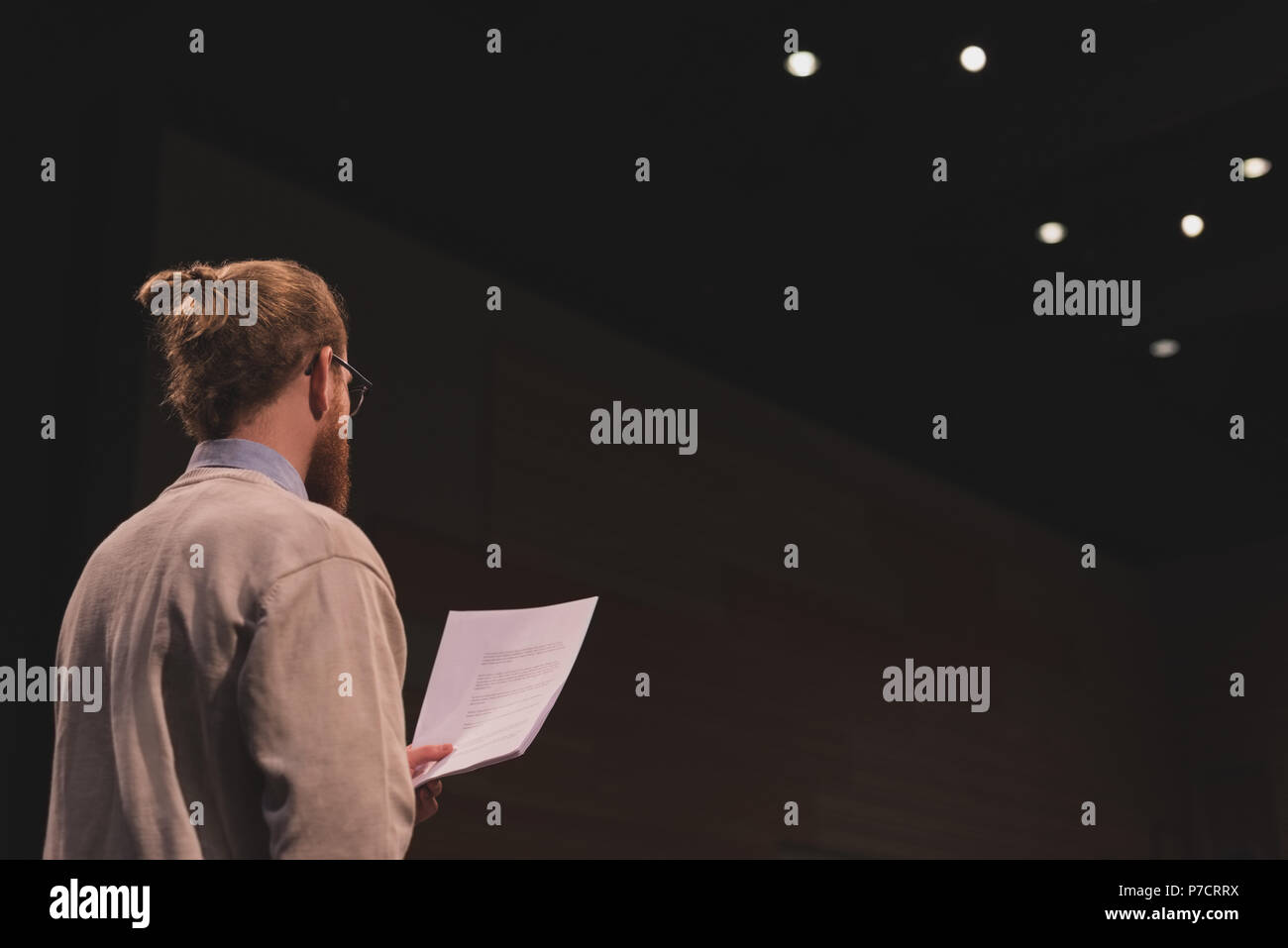 Männliche Schauspieler lesen Skript auf der Bühne Stockbild
