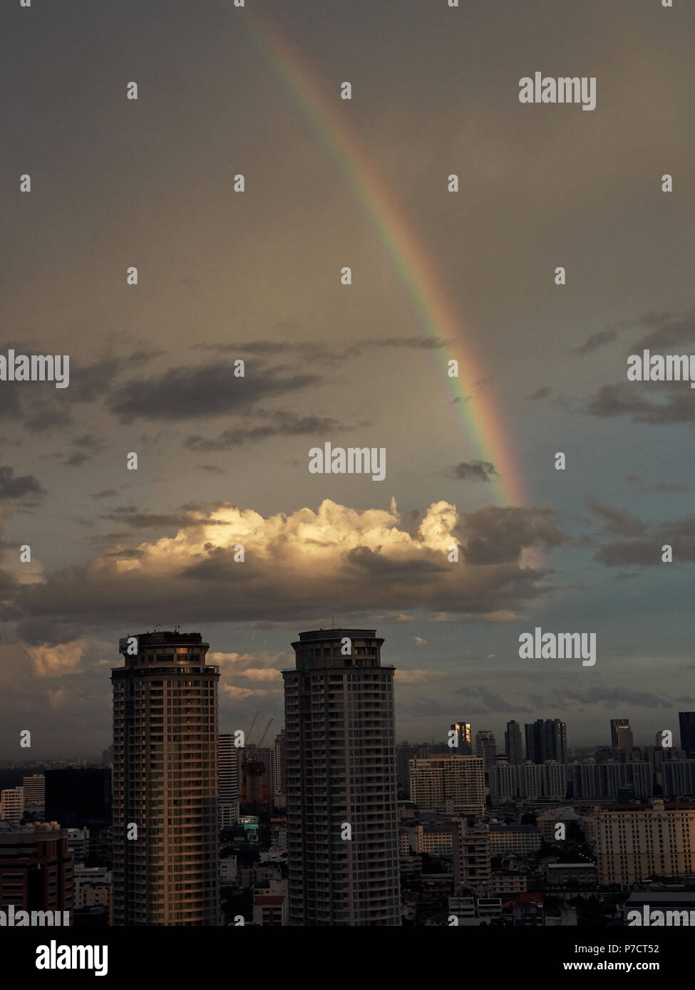 Skyline von Bangkok in der Dämmerung mit Regenbogen Stockbild