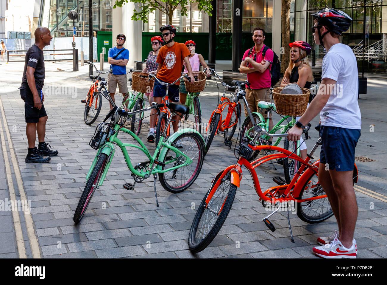"""Touristen Halt in """"Die Stadt"""" während einer Radtour von Sehenswürdigkeiten von London, London, Großbritannien Stockbild"""