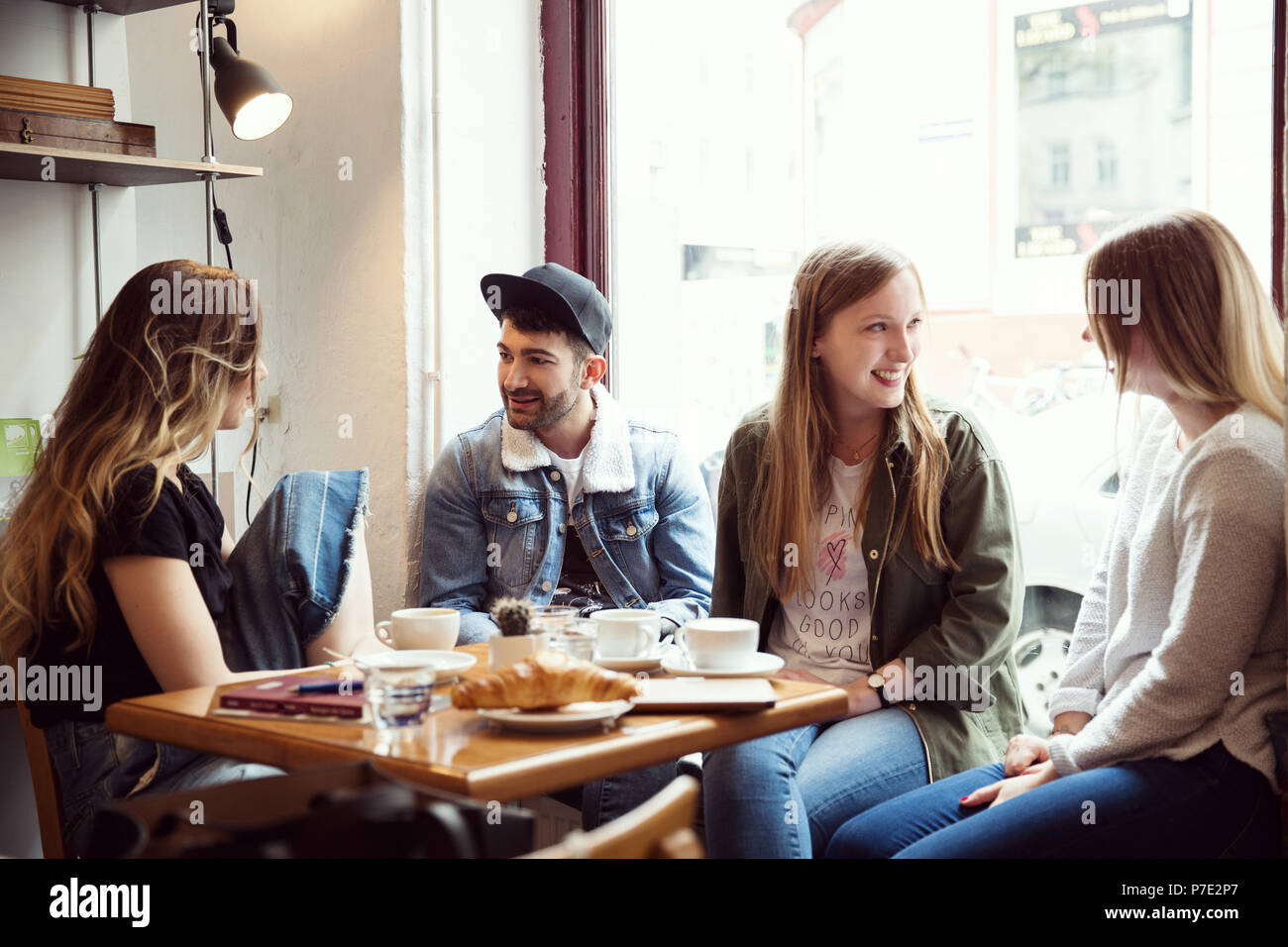Freunde über Kaffee im Cafe chatten Stockbild