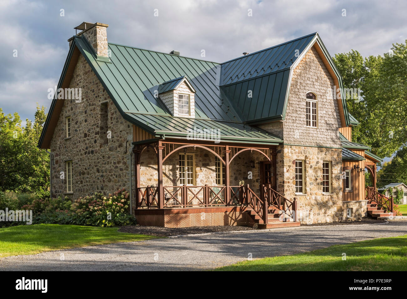 canadiana landhausstil fieldstone haus mit naht blech dach stockfoto bild 211137354 alamy. Black Bedroom Furniture Sets. Home Design Ideas