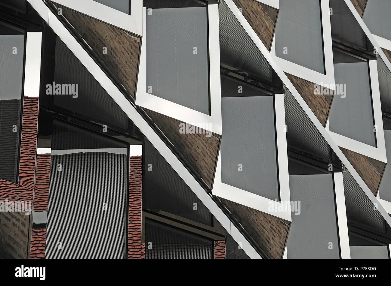 Fassade eines modernen Gebäudes mit Windows projizieren und ...