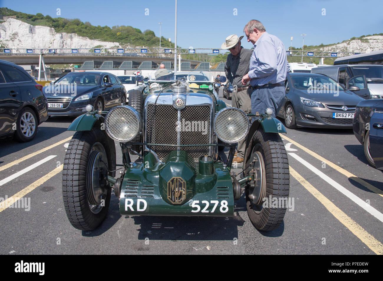 Grün 1934 MG Sportwagen. Dies ist ein 2 starre Achse 1086 cc Benzin- Oldtimer wartet ein Auto mit der Fähre von Dover nach Calais und zu Stockbild