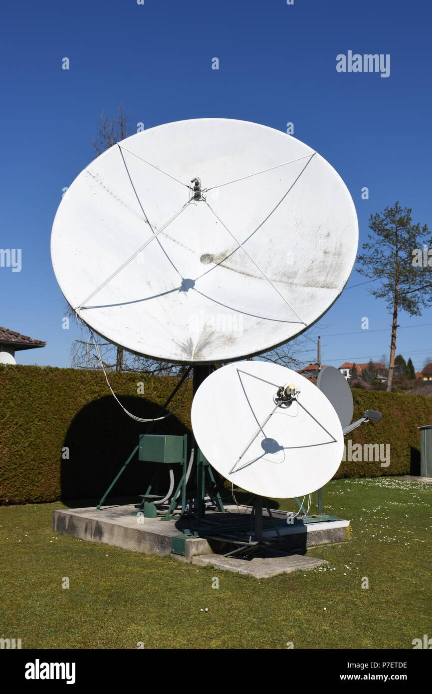 Satellitenantenne, Satellitenantennen, Parabolantenne, Offsetantenne, Antenne, Schüssel, Spiegel, Parabolschüssel, Parabol-Antenne, drehbar, Motor, Po Stockbild