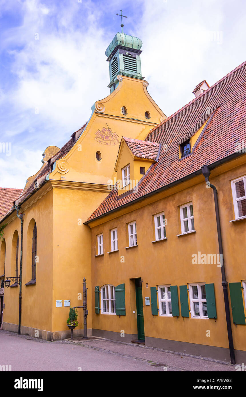 Fuggerei, Augsburg, Bayern, Deutschland - St. Markus Kirche als Von der Herrengasse aus gesehen. Stockfoto