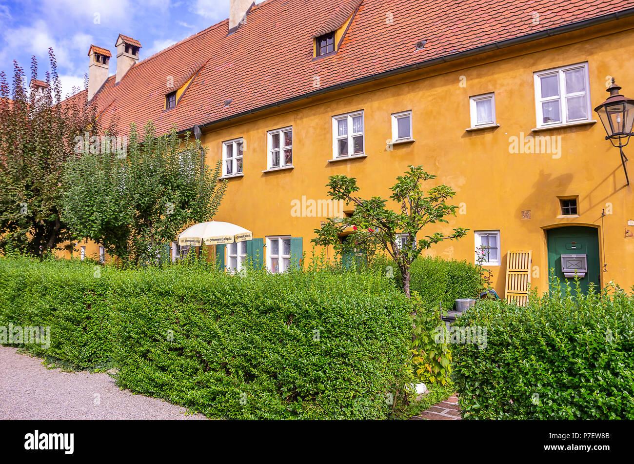 Fuggerei, Augsburg, Bayern, Deutschland - Typische Eingänge zu den Armenhäusern. Stockfoto
