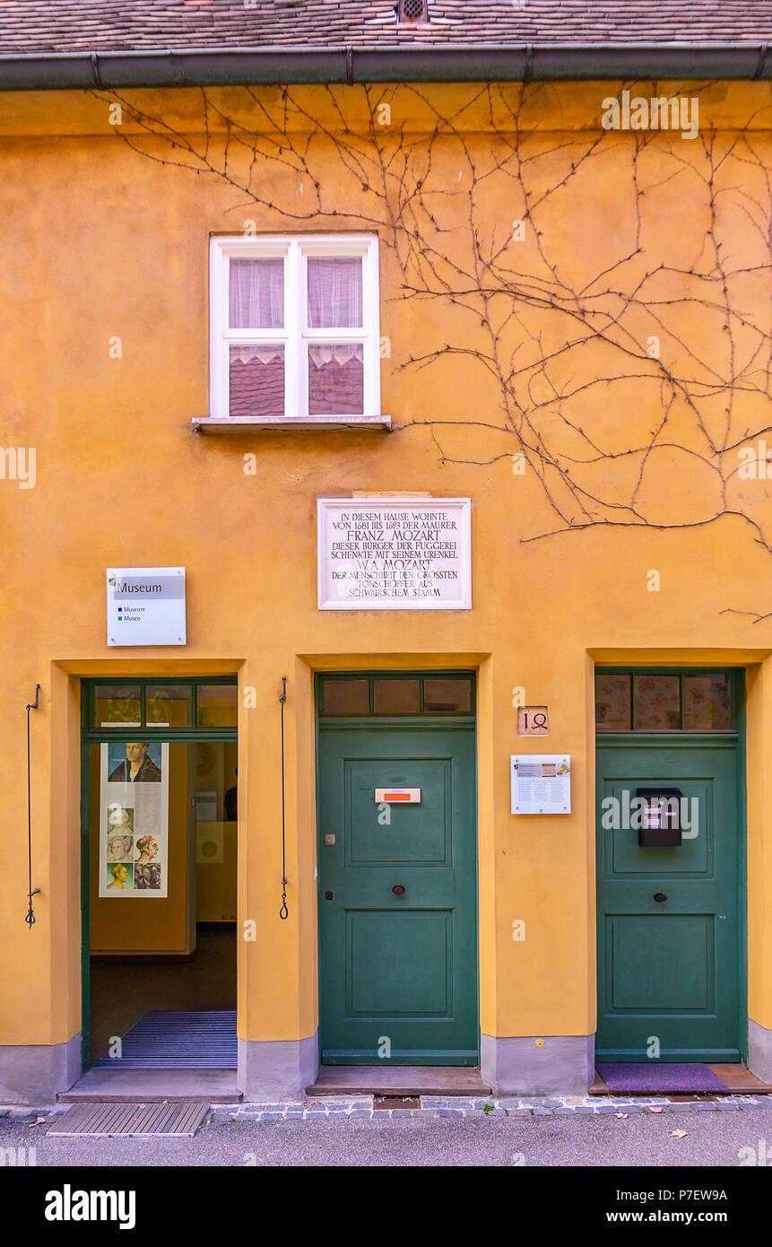 Fuggerei, Augsburg, Bayern, Deutschland - Das Haus in Mittlere Gasse Nr. 14, wo Wolfgang Amadeus Mozarts Urgroßvater lebte. Stockfoto