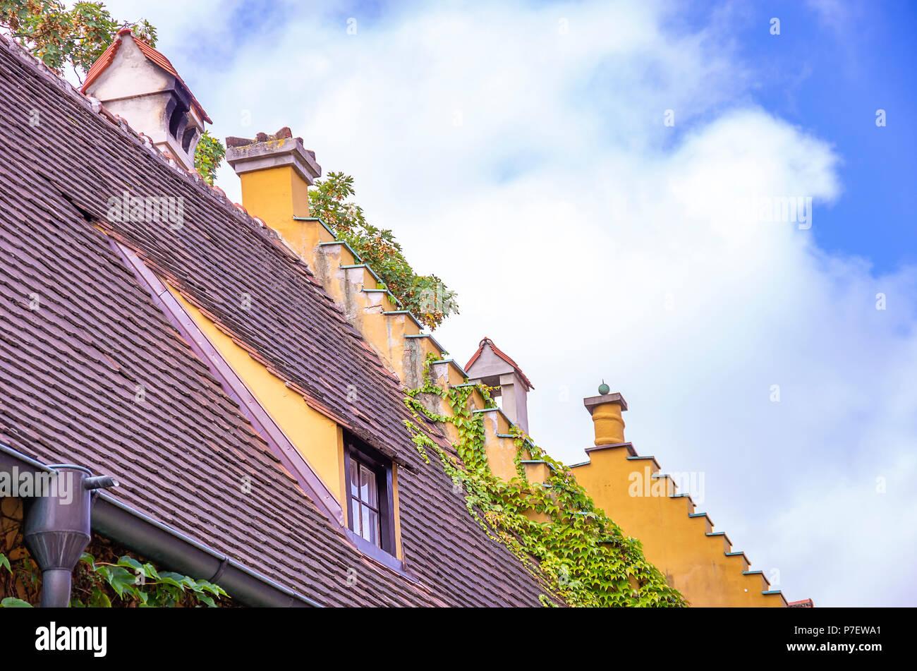 Augsburg, Bayern, Deutschland - 10. September 2015: Blick auf typische Dach Architektur sowie Giebel in der Fuggerei sozialer Wohnungsbau Bereich intensiviert. Stockfoto