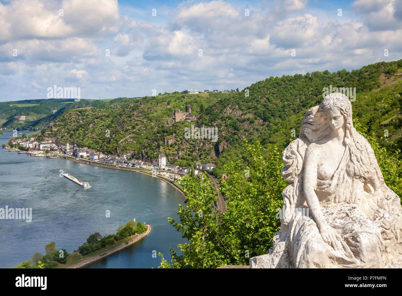 Loreley Figur und Rheintal Landschaft und Sankt Goarshausen Blick von der Lore Ley rock Deutschland Interessante Orte Stockbild