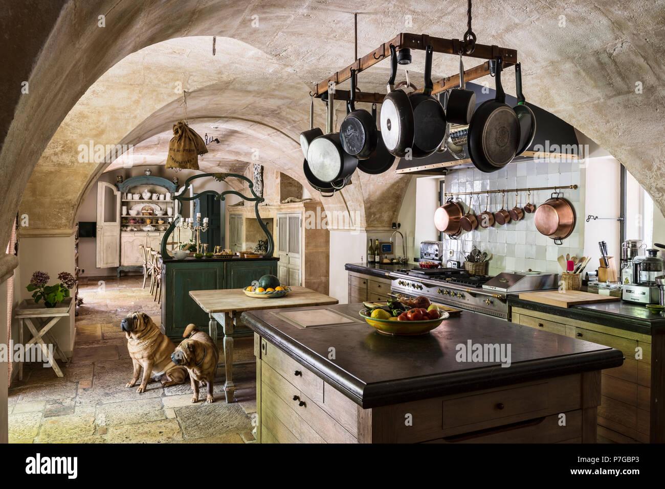 Verschiedene Pfannen hängen an Rack über Küche Insel im 18 ...