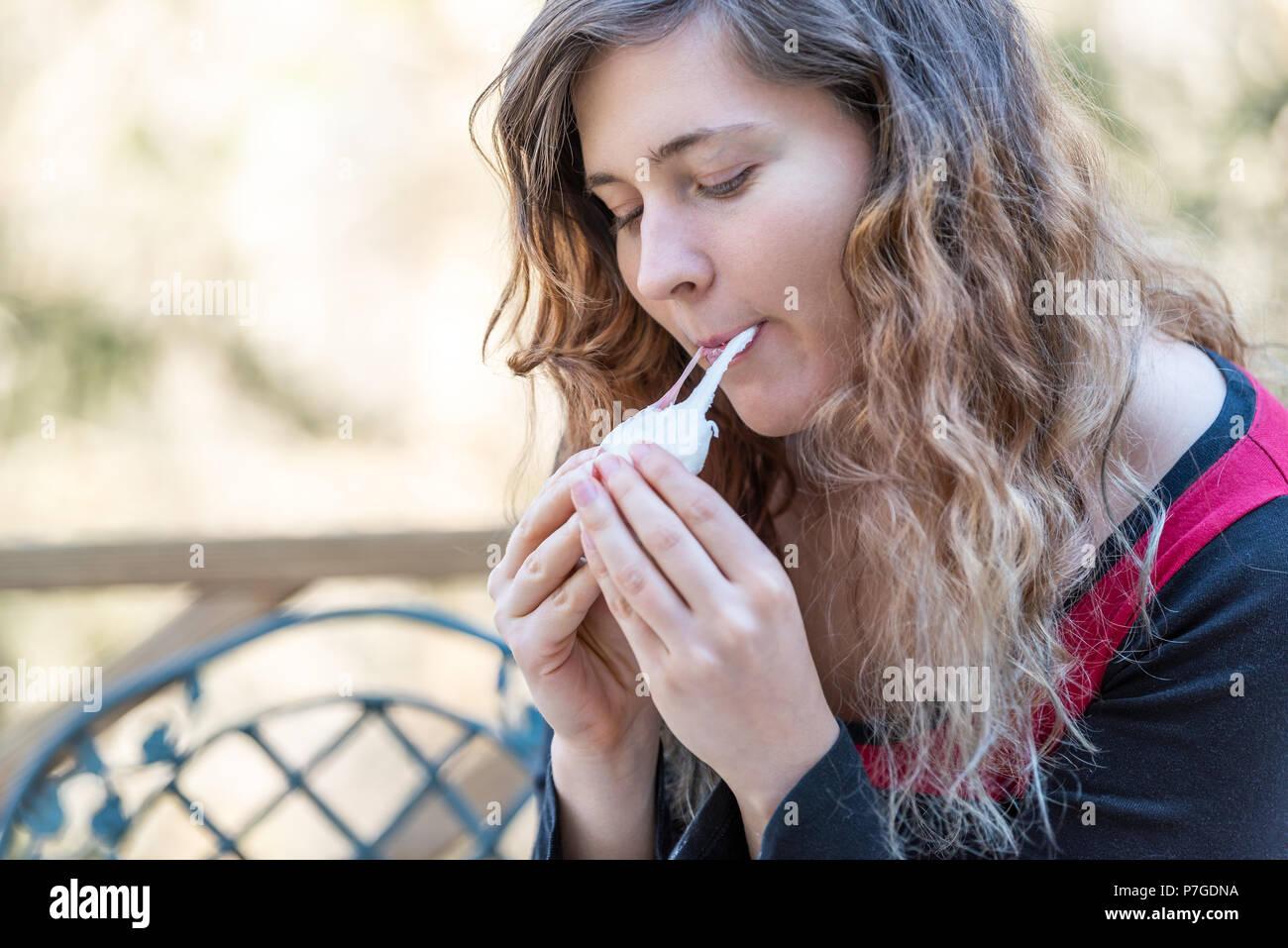 Junge Frau Sitzt Auf Einem Stuhl Holding Ein Stück Hausgemachten