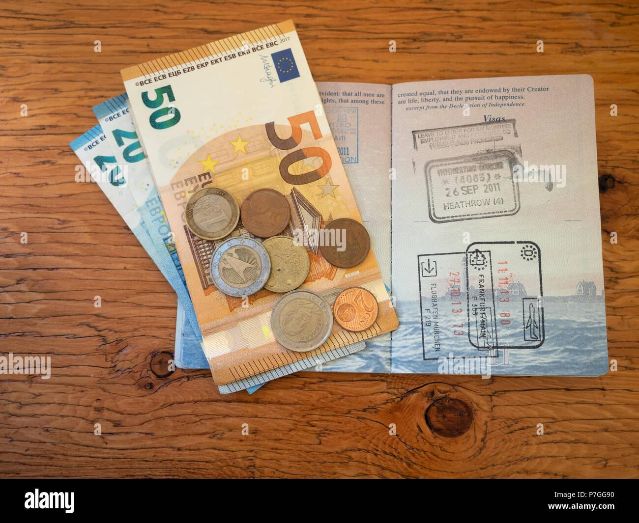Eine Offene Us Reisepass Mit Stempel Von Frankfurt Euro Scheine Und