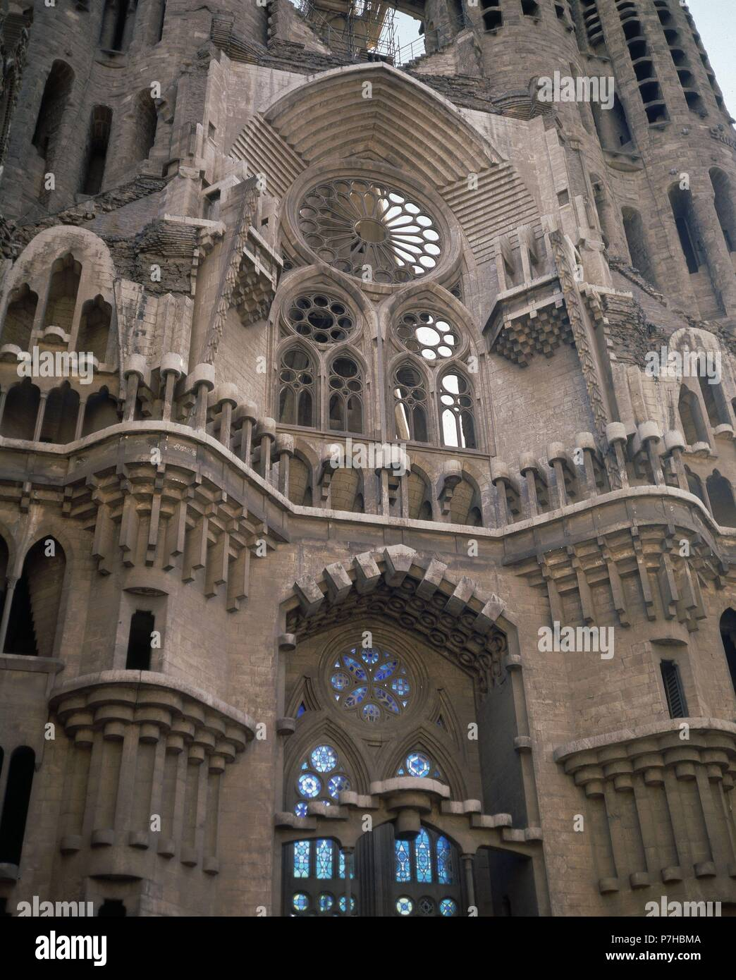 Interieur DE LA FACHADA DEL NACIMIENTO. Autor: Antoni Gaudí (1852 ...