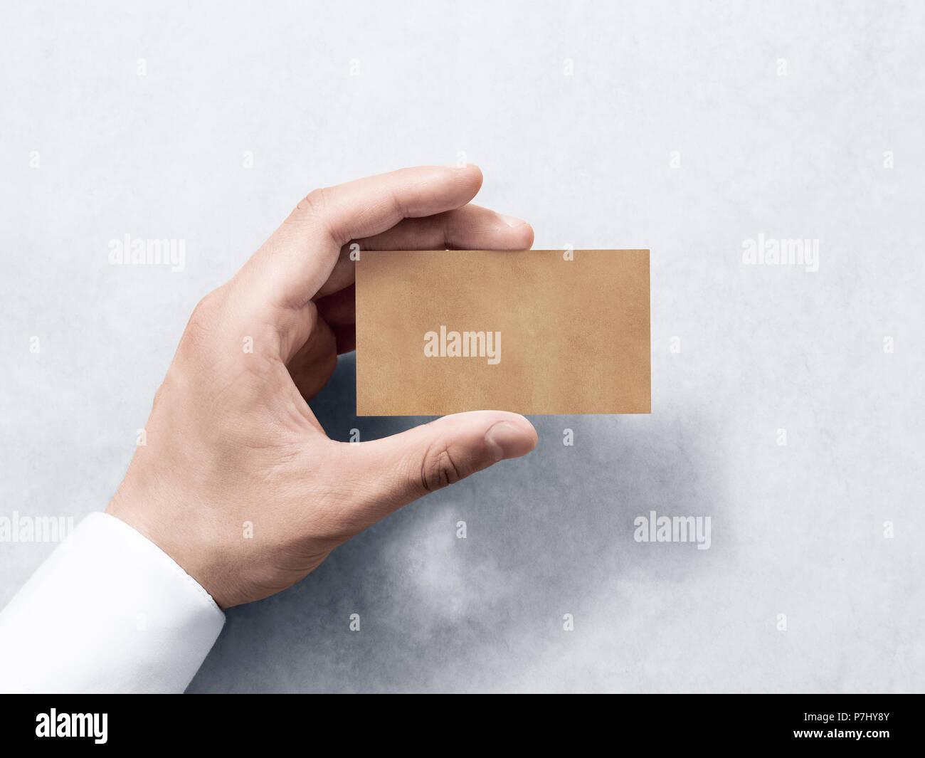 Hand Halten Leere Kraftpapier Business Card Design Mockup