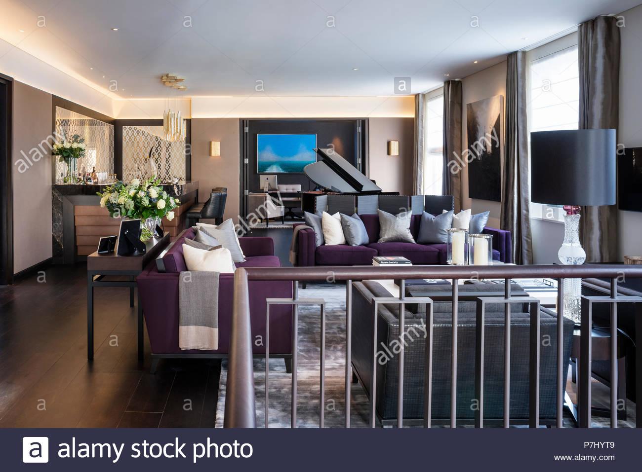 Modernes Wohnzimmer mit dunklen Möbeln Stockfoto, Bild ...