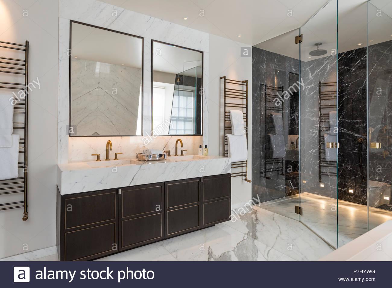 Dusche und Waschbecken im Badezimmer im Art-déco-Stil ...