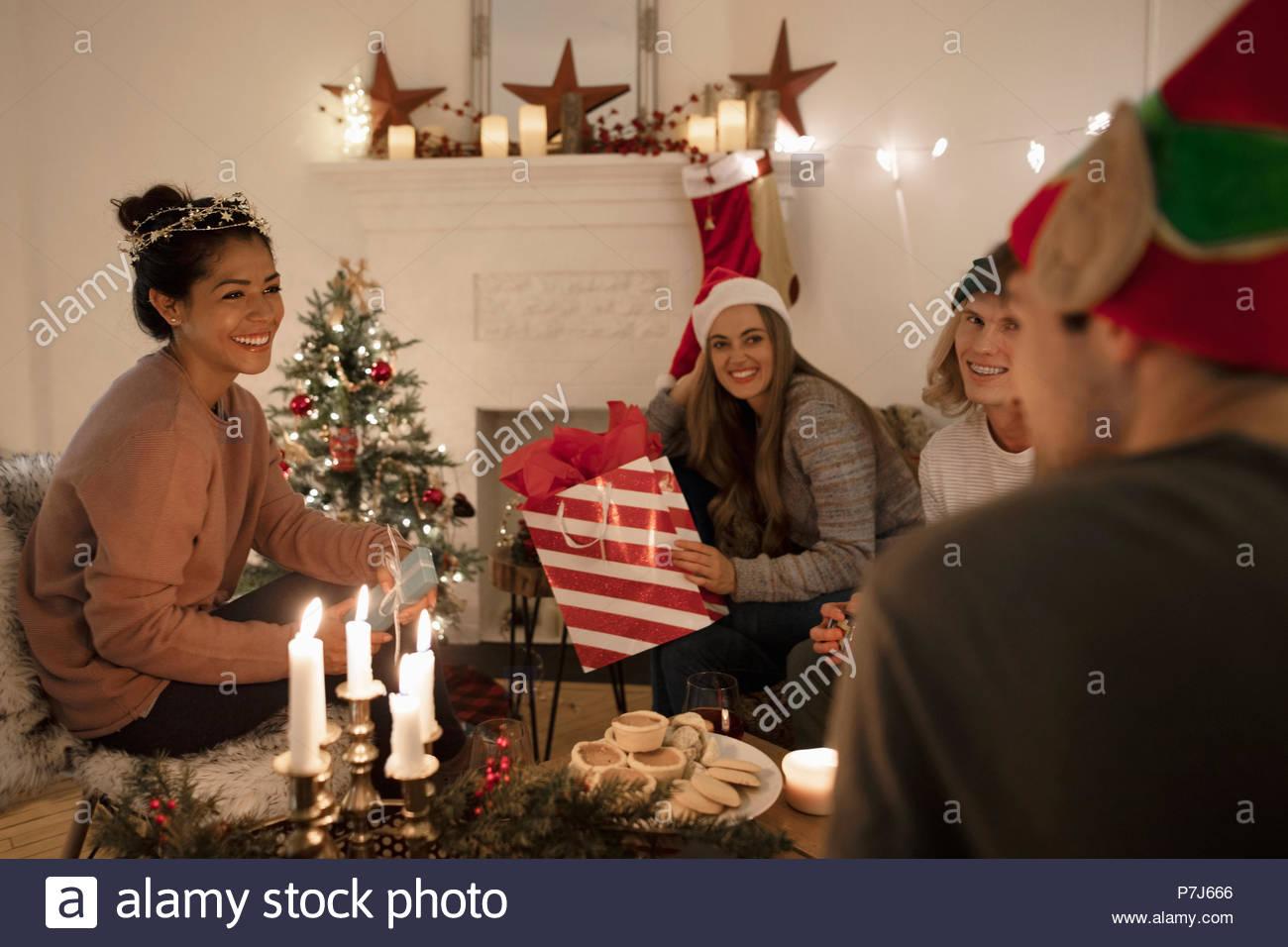 Tausendjährige Freunde Eröffnung Weihnachtsgeschenke in der ...