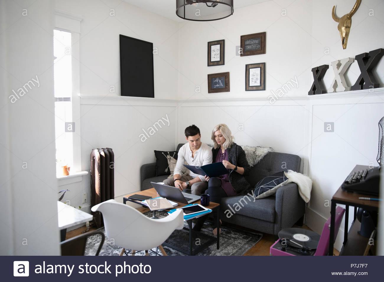 Junges Paar an Finanzen in Wohnzimmer suchen Stockbild