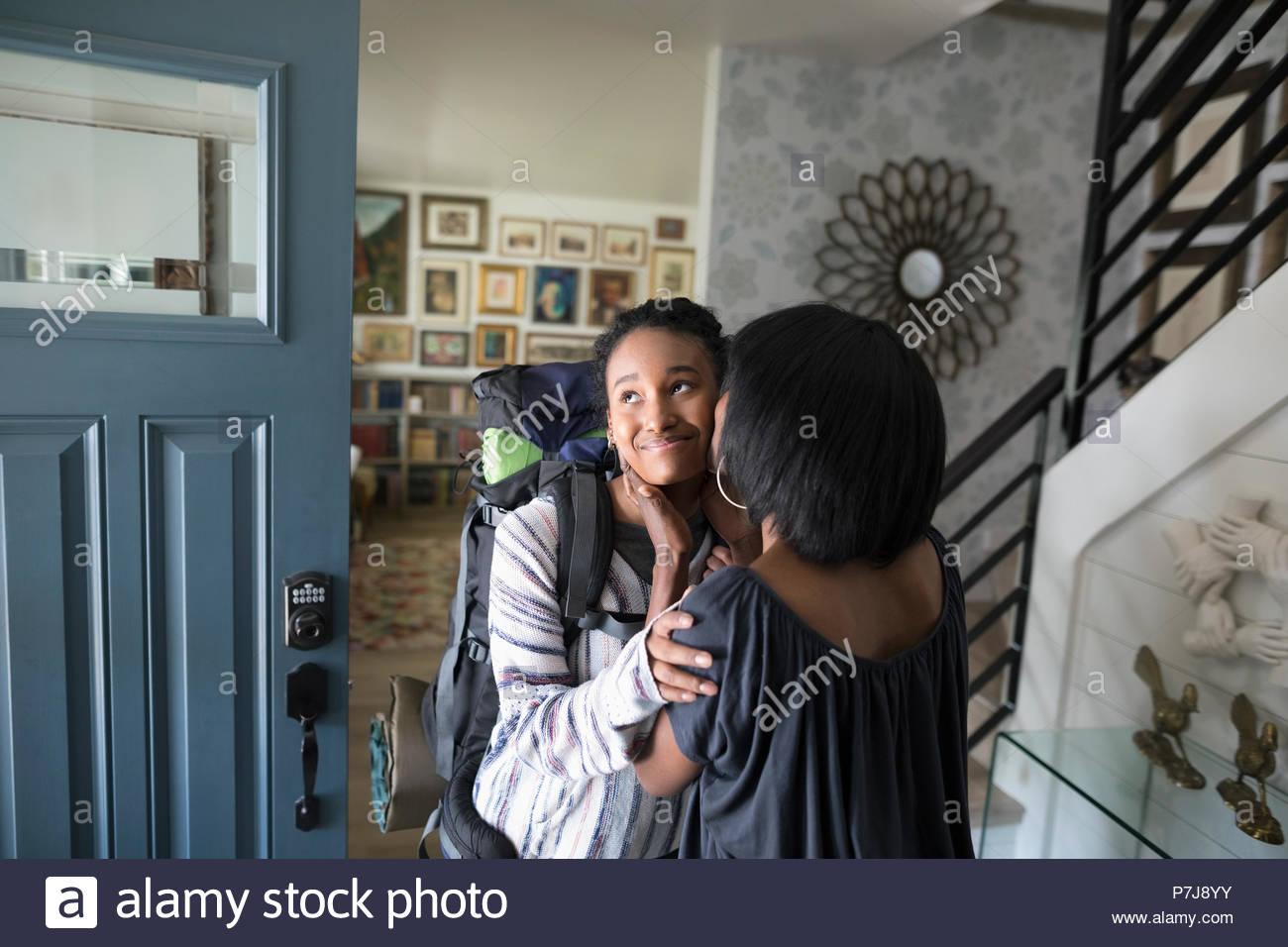 Liebevolle Mutter Abschied von halbwüchsigen Tochter verlassen für rucksacktour Stockbild