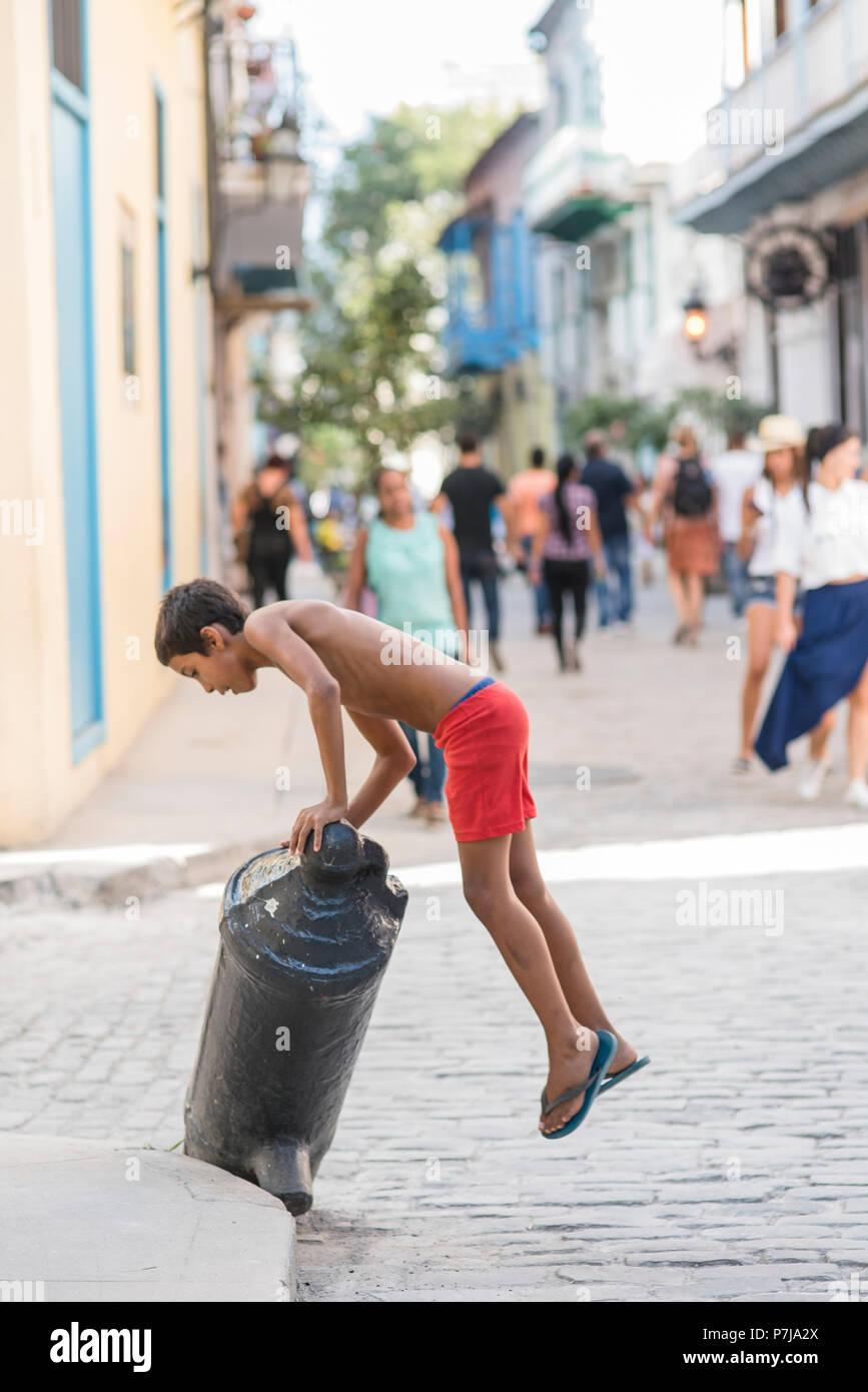 Kinder spielen in den kopfsteingepflasterten Straßen der Altstadt von Havanna, Kuba. Stockbild