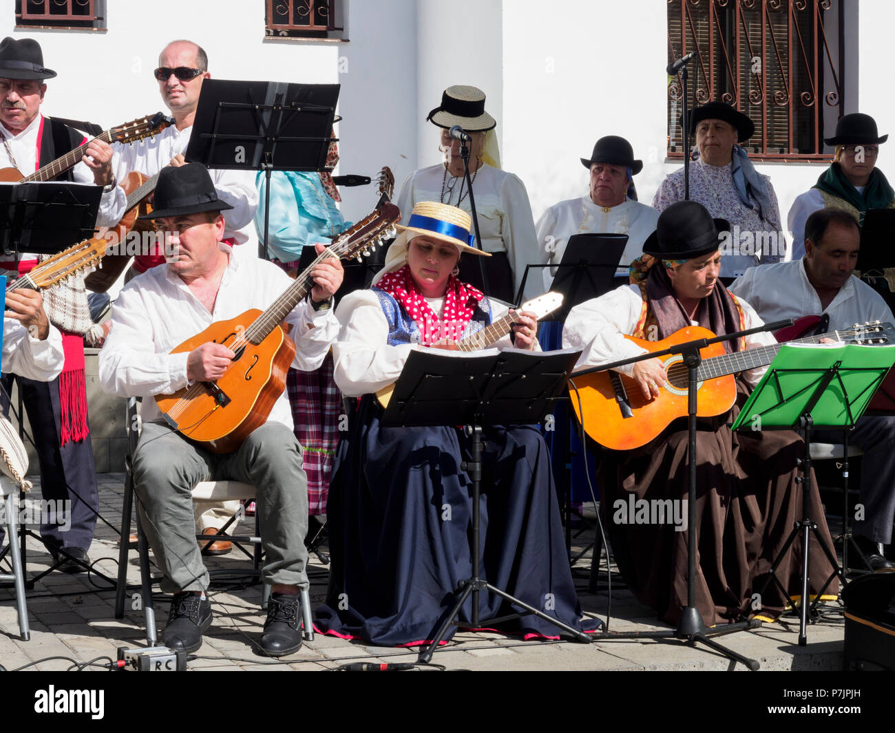 Teneriffa, Kanarische Inseln - Santiago del Teide. Traditionelle Folk Band spielen Kanarische Musik. Stockbild