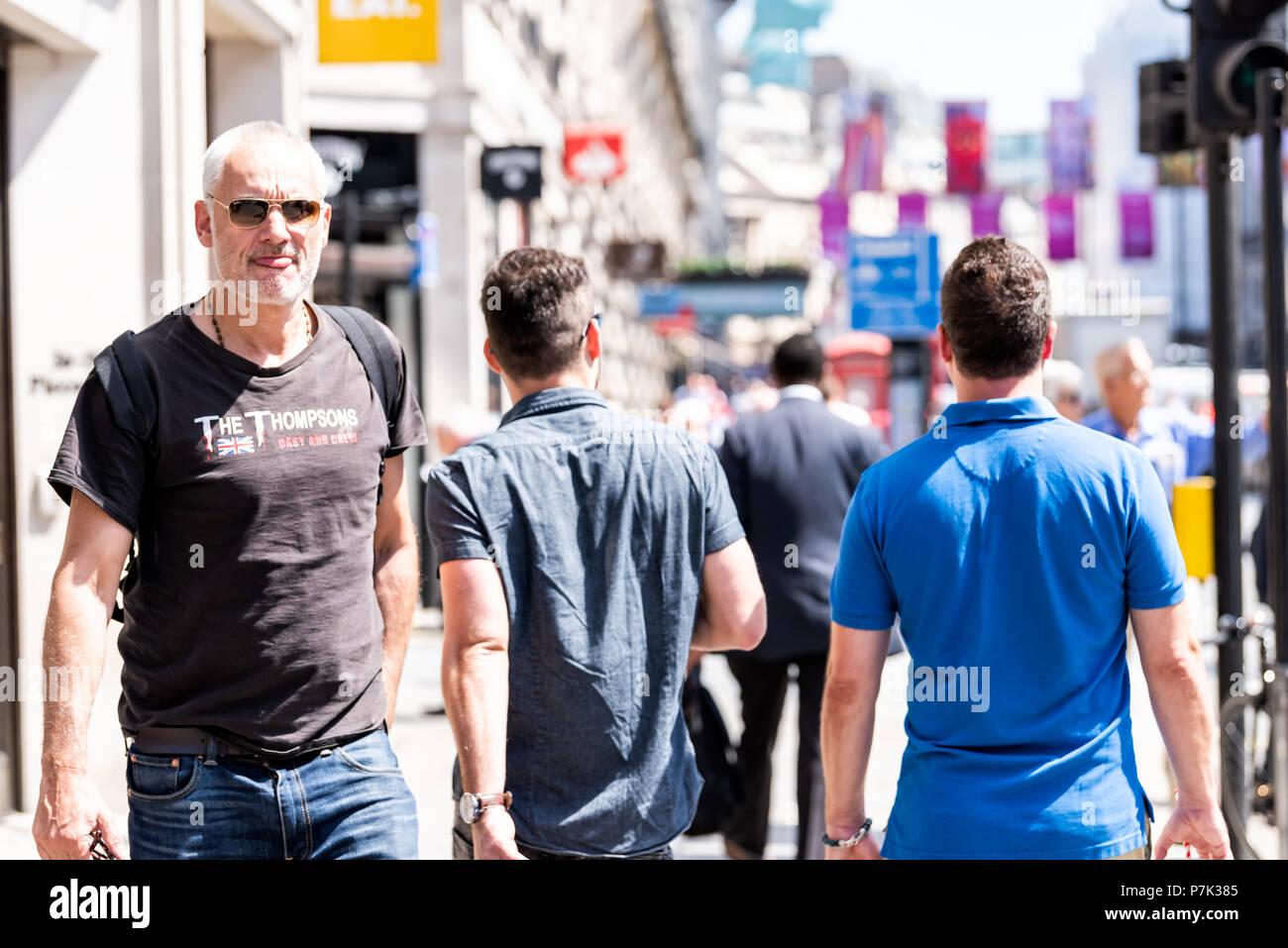 London, Großbritannien, 22. Juni 2018: die Masse von viele Leute Mann Fußgänger gehen auf Piccadilly Bürgersteig Straße Straße in der Mitte von Downtown City, England flag o Stockbild